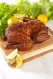 Eigengemaakte hete gerookte gehele kip Stock Foto