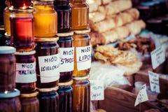 Eigengemaakte honing op de straatmarkt in Zakopane-bergen, Polen. Stock Fotografie