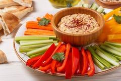 Eigengemaakte hummus met geassorteerd verse groenten en pitabroodje Stock Fotografie