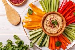 Eigengemaakte hummus met geassorteerde verse groenten Royalty-vrije Stock Foto's