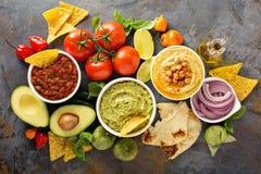 Eigengemaakte hummus, salsa en guacamole met graanspaanders stock foto's