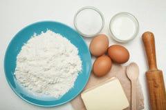 Eigengemaakte ingrediënten voor het koken van deeg stock foto