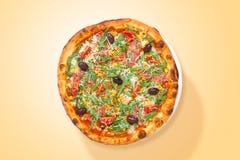 Eigengemaakte Italiaanse pizza met prosciutto en groenten voedsel van hierboven royalty-vrije stock afbeelding