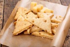 Eigengemaakte kaasachtige crackers stock afbeelding