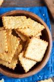 Eigengemaakte kaasachtige crackers Stock Afbeeldingen