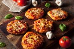Eigengemaakte Kaasachtige Pepperonispizza op een Koekje royalty-vrije stock foto's