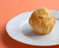 Eigengemaakte kaasmuffin op een witte plaat Stock Fotografie