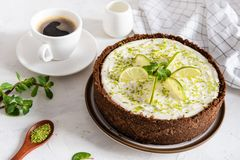 Eigengemaakte kaastaart met kalk en munt voor dessert - gezonde organische de pasteikaastaart van het de zomerdessert Kaastaart m stock foto