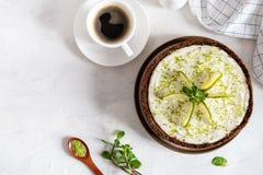 Eigengemaakte kaastaart met kalk en munt voor dessert - gezonde organische de pasteikaastaart van het de zomerdessert Kaastaart m stock foto's