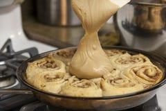 Eigengemaakte Kaneelbroodjes met suikerglazuur royalty-vrije stock fotografie