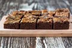 Eigengemaakte karamelchocolade brownies Stock Afbeeldingen