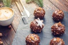 Eigengemaakte Kerstmis of Nieuwjaarvakantiechocolade brownies met noten op houten achtergrond Concept feestelijke desserts Stock Foto's