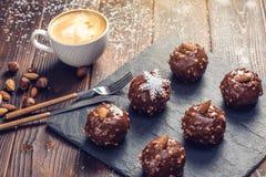 Eigengemaakte Kerstmis of Nieuwjaarvakantiechocolade brownies met noten op houten achtergrond Concept feestelijke desserts Stock Foto