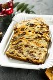 Eigengemaakte Kerstmiscake met rozijnen, schil en kruiden royalty-vrije stock afbeeldingen