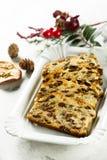 Eigengemaakte Kerstmiscake met rozijnen, schil en kruiden royalty-vrije stock foto's