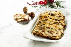 Eigengemaakte Kerstmiscake met rozijnen, schil en kruiden stock fotografie