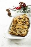 Eigengemaakte Kerstmiscake met rozijnen, schil en kruiden royalty-vrije stock foto
