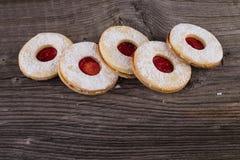 Eigengemaakte Kerstmissnoepjes met suikerpoeder en jam Stock Fotografie
