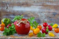 Eigengemaakte ketchup in een glaskruik Stock Fotografie