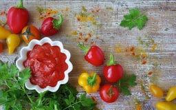 eigengemaakte ketchup in een steelpan Royalty-vrije Stock Foto