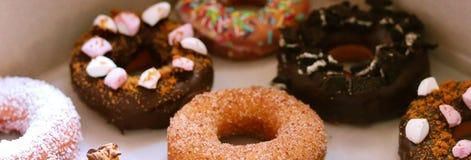 Eigengemaakte kleurrijke donuts die met liefde wordt gemaakt royalty-vrije stock foto