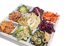 Eigengemaakte kleurrijke spaanders van verschillende verse groenten in een witte houten doos op een witte achtergrond Geïsoleerde Royalty-vrije Stock Fotografie
