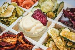 Eigengemaakte kleurrijke spaanders van verschillende verse groenten in een witte houten doos op een witte achtergrond Geïsoleerde Royalty-vrije Stock Foto