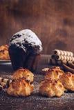 Eigengemaakte koekjes en chocolademuffin op een houten lijst stock afbeelding