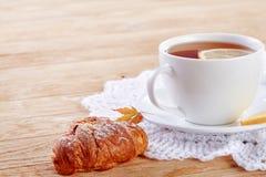 Eigengemaakte koekjes en een kop thee op de lijst Royalty-vrije Stock Foto's