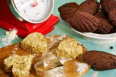 Eigengemaakte koekjes en madeleines Stock Foto's