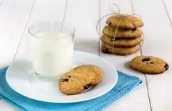 Eigengemaakte koekjes met chocolade en glas melk op de lijst Stock Afbeeldingen