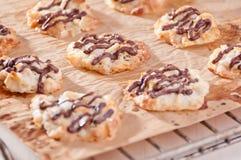 Eigengemaakte koekjes met chocoladebovenste laagje Royalty-vrije Stock Afbeelding
