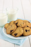 Eigengemaakte koekjes met chocoladestukken en melk Stock Fotografie