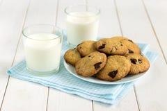Eigengemaakte koekjes met chocoladestukken en melk op de lijst Stock Afbeeldingen