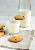 Eigengemaakte koekjes met chocoladestukken en melk op een witte lijst Royalty-vrije Stock Afbeeldingen