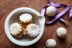 Eigengemaakte koekjes met jam in een wit komlandschap wijd Stock Afbeeldingen