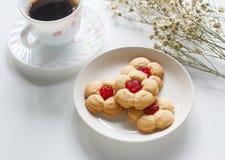 Eigengemaakte koekjes met kers stock foto's