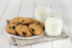 Eigengemaakte koekjes met melk op de lijst Stock Afbeelding