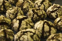 Eigengemaakte koekjes met munt en chocolade en barsten royalty-vrije stock fotografie