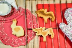 Eigengemaakte koekjes op de rooster en rode doilies Stock Fotografie