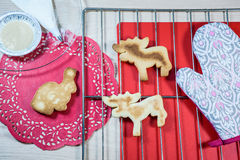 Eigengemaakte koekjes op de rooster en rode doilies Stock Afbeeldingen