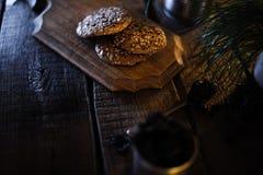 Eigengemaakte koekjes op een houten oude achtergrond stock afbeelding