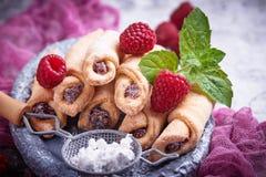 Eigengemaakte koekjesongezuurde broodjes met frambozenjam Royalty-vrije Stock Afbeelding