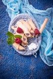 Eigengemaakte koekjesongezuurde broodjes met frambozenjam Stock Afbeelding