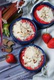 Eigengemaakte kruimeltaart met aardbei en rabarber Stock Foto's