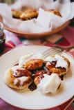 Eigengemaakte kwarkpannekoeken met jam en romige saus Stock Afbeeldingen