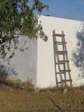 Eigengemaakte ladder tegen witte muur royalty-vrije stock fotografie