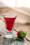 Eigengemaakte likeur met aardbeien en alcohol royalty-vrije stock fotografie
