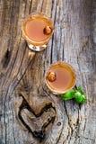 Eigengemaakte likeur met alcohol en noten royalty-vrije stock afbeeldingen