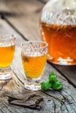 Eigengemaakte likeur met noten en alcohol royalty-vrije stock afbeelding